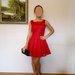 Muadmuazele pusta raudona suknele