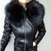 odine striuke su juoda kailine apykakle