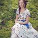 Balta suknelė su drugeliais ir gėlėmis