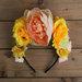 Kreminių bei geltonų gėlių karūna
