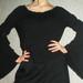 juoda palaidinė raganiškomis rankovėmis