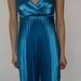 Žydra atlasinė gofruota suknelė