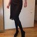 Juodas iki kelių lengvas sijonas