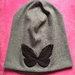 Nauja apsmukusi pilka kepure su drugeliu. 55lt