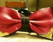 Raudona peteliškė su metaliukais