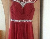 Raudona itin puošni suknelė