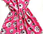 Ryški gėlėta suknelė