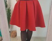 Juodai raudona suknelė.