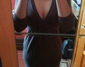 Prigludusi, giliai iškirpte suknelė