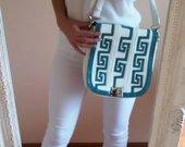 Baltas-turkio spalvos rankinukas per petį