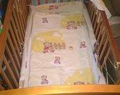 Medinė kūdikio lovytė.