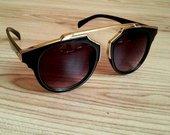 Stilingi juodi akiniai su aukso detalemis