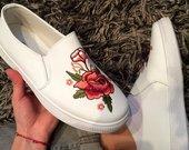 Balti bateliai su roze