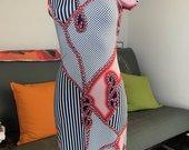 Aptempta suknele atviru peciu