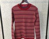 Raudonas raštuotas megztinis