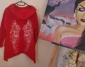 Raudonas džemperis su sparnais