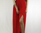 Iskirtine puosni ilga raudona suknele