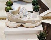 Balenciaga stilaisu batai