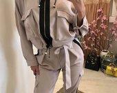 Kreminės spalvos laisvalaikio kostiumėlis