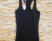 Priglundantys juodi marškinėliai be rankovių