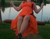 Oranžinė proginė suknelė.
