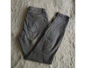 Pilki siaurėjantys džinsai