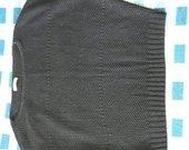 Juodas megztinis, trumpomis rankovėmis