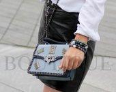 Dailus mėlynos spalvos rankinukas su aplikacijomis