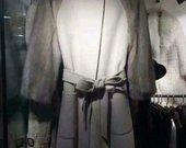 Paltas su audinės kailio rankovėmis