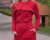 Raudona suknele su kisenemis