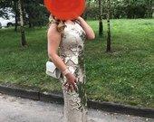 Blizgi auksine suknele