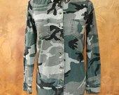 Kareiviško stiliaus marškiniai su kniedėmis