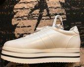 Balti sportinio tipo batai ant platformos