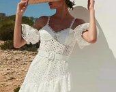 Išskirtinė balta suknelė atvirais pečiais