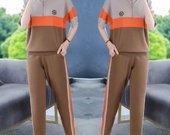 Stilingas laisvalaikio kostiumėlis su kelnėmis