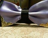Šviesiai violetinė peteliškė su metaliukais