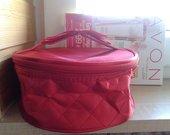 Raudono šilko kosmetinė-lagaminėlis iš Avon Anew