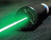 Lazeris galingas. Šviečia žaliu spinduliu