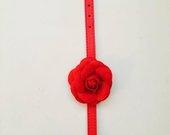 Raudonas antkakliukas su rožyte