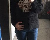 Juodas pūkuotas megztinis