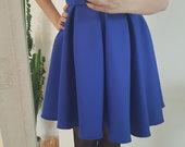 Mėlyna suknelė puošta kaspinėliu.