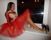 Raudona gipiurine suknele