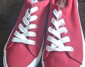 raudoni sportiniai bateliai