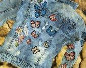 Dzinsinis svarkelis su drugeliais