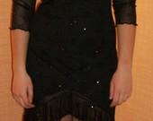 Juoda blizganti suknelė