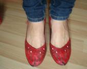odiniai raudoni bateliai