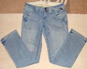 Šviesiai mėlyni džinsai
