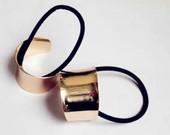 Metaline aukso spalvos gumyte