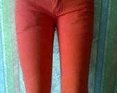 Raudoni džinsai