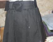 juodas sijonukas su kaspinu